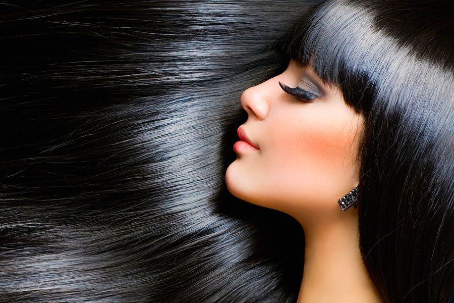 Красивая женщина с длинными и прямыми волосами