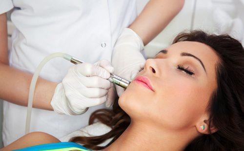 Косметолог оперирует женщину лазером