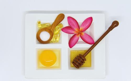 Яичный желток, мед и йогурт