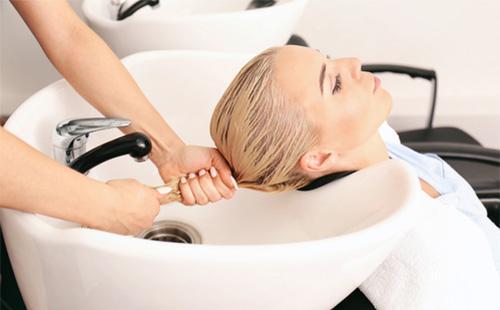 Мытье волос в салоне