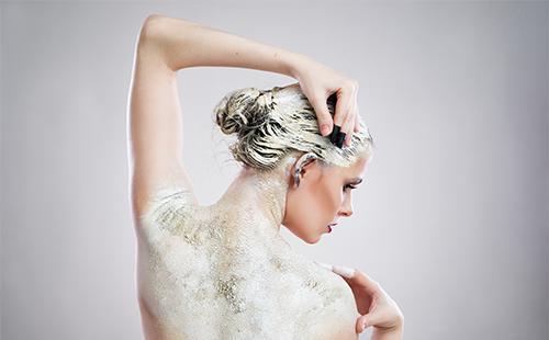 Белая маска на волосах